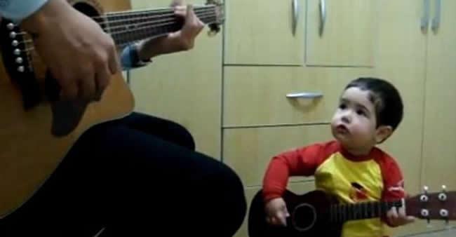Criança de 2 anos canta
