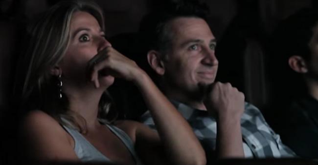Elas esperavam a sessão de cinema começar, até que seus ...