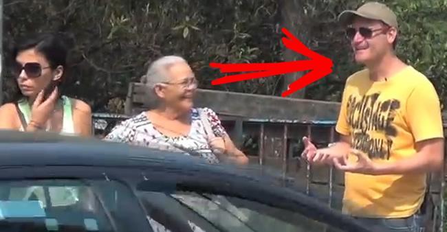 Este homem andou pelas ruas elogiando pessoas desconhecidas ...
