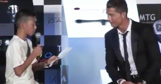 Cristiano Ronaldo cala plateia que riu de garoto tentando fazer ...