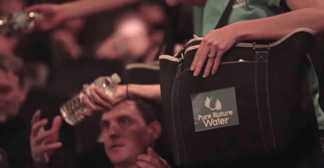 Um cinema deu garrafas de água. Ninguém conseguiu abri-las ...