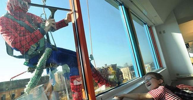 Super-heróis limpam as janelas de hospital infantil para alegrar o ...