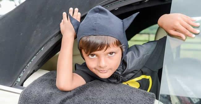 Garoto vestido de Batman salva o dia ao resgatar bebê em carro ...