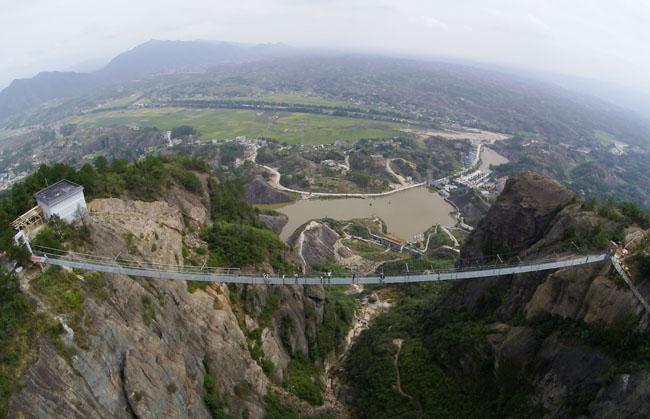 China inaugura a maior ponte de vidro do mundo (é de dar medo!)