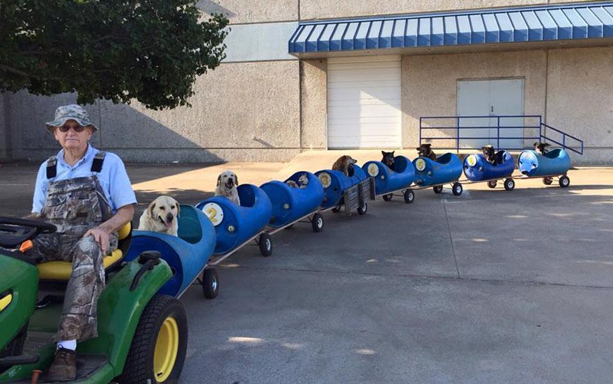 Homem de 80 anos constrói um trem para passear com todos os ...