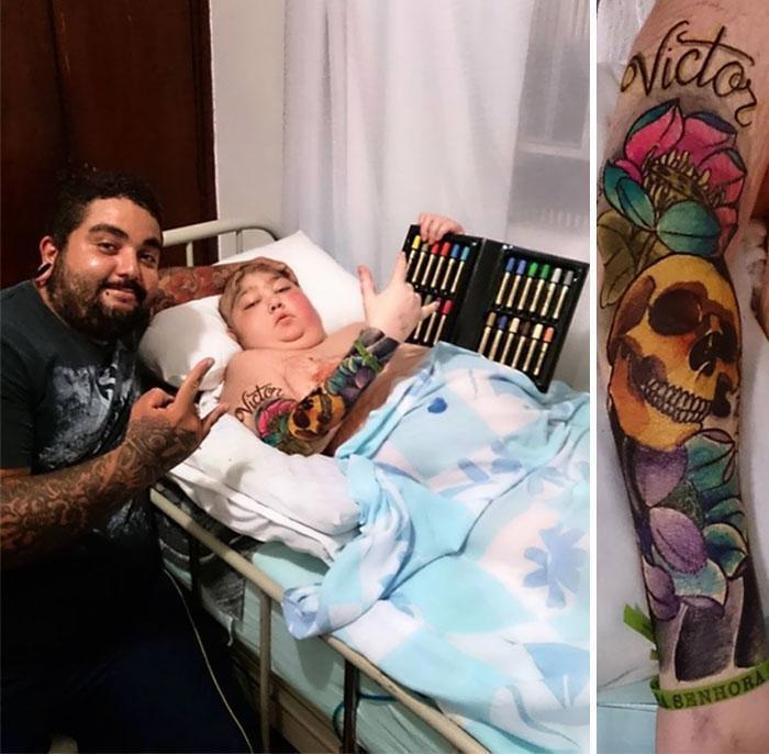 Tatuador ao lado da criança com o braço tatuado