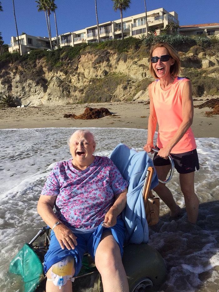 Pessoa idosa sorrindo muito ao ver o oceano