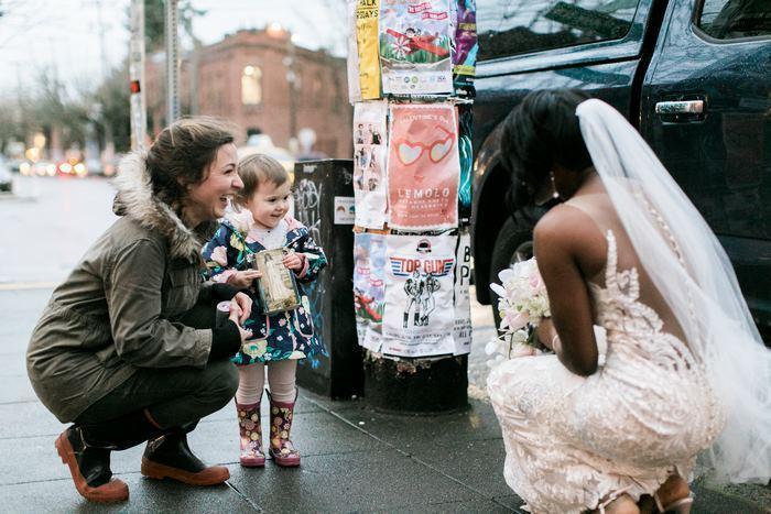 A garotinha se encontrando com a noiva