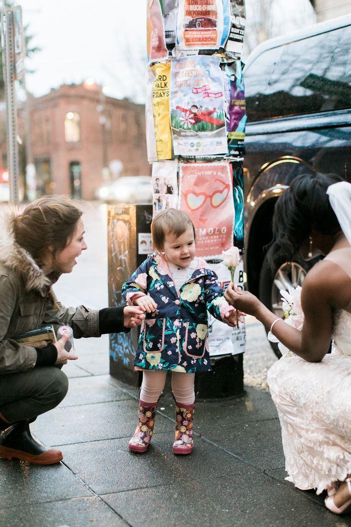 A noiva entregando uma flor à garotinha