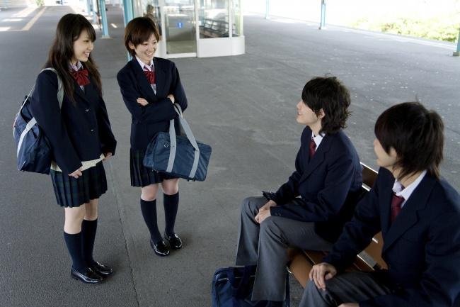 alunos japoneses uniformizados conversando