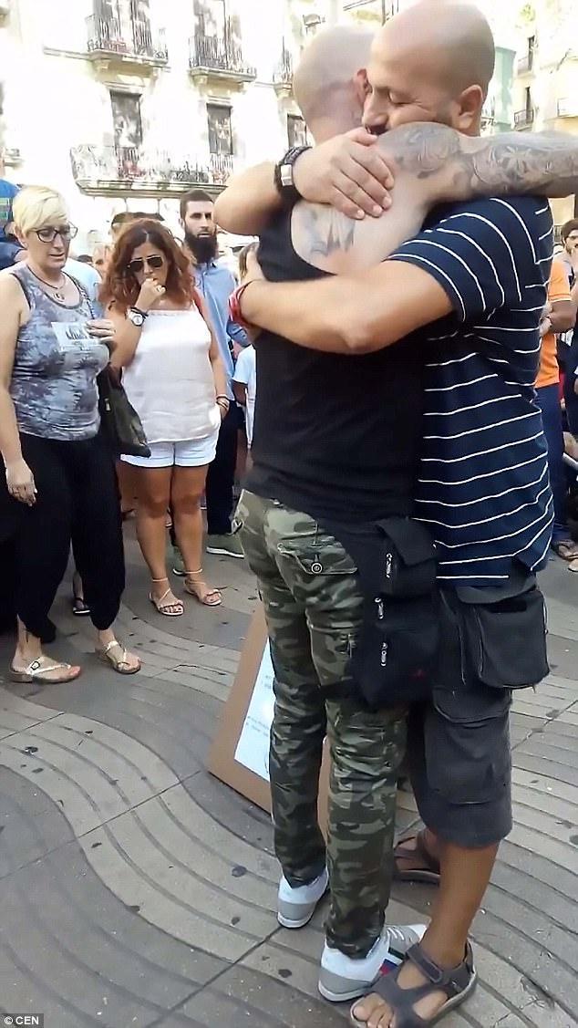 Muçulmano abraçando pessoas na rua 5