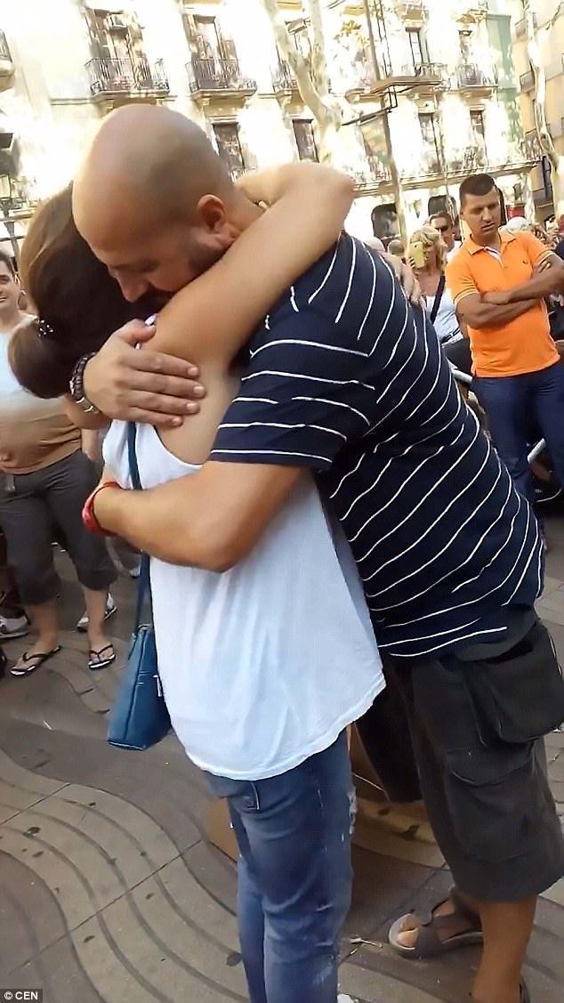 Muçulmano abraçando pessoas na rua 4