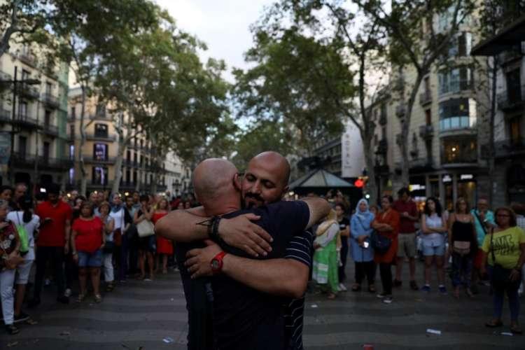 Muçulmano abraçando pessoas na rua 1