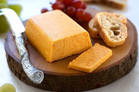 torrada servida com queijo vegano
