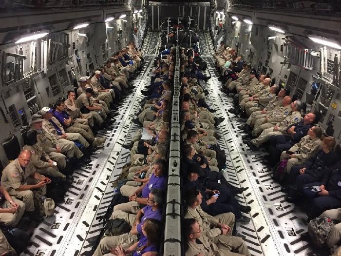 Especialistas médicos dentro de um avião, rumo a Orlando