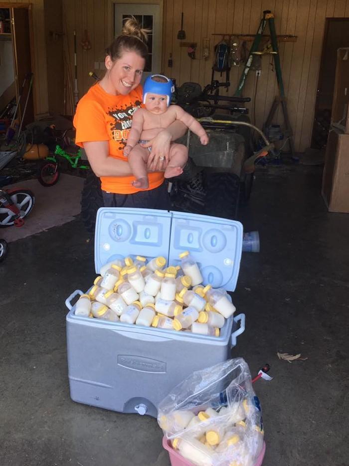 Danielle Palmer junto ao leite materno a ser doado