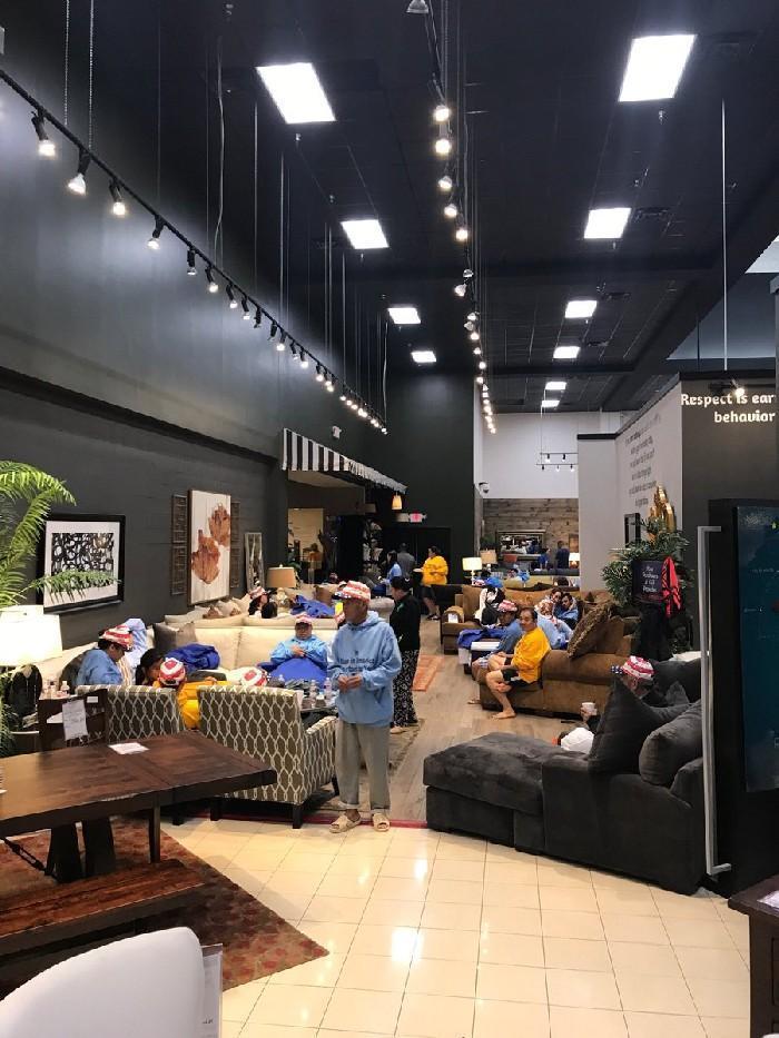 Loja de móveis comportando as vítimas do furacão