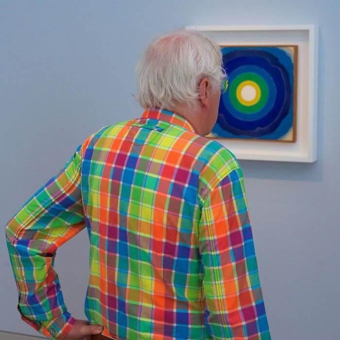 Pessoas combinam quadro museu (2)