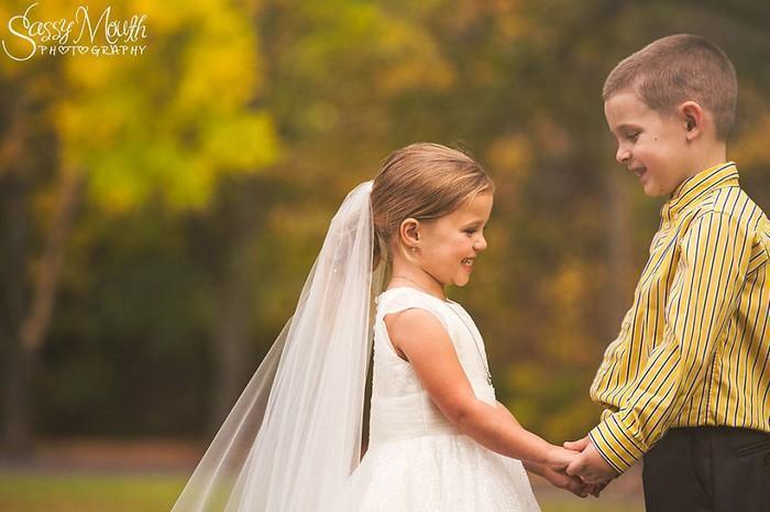 Para ajudar na cirurgia, criança de 5 anos se casa com seu melhor amigo 10