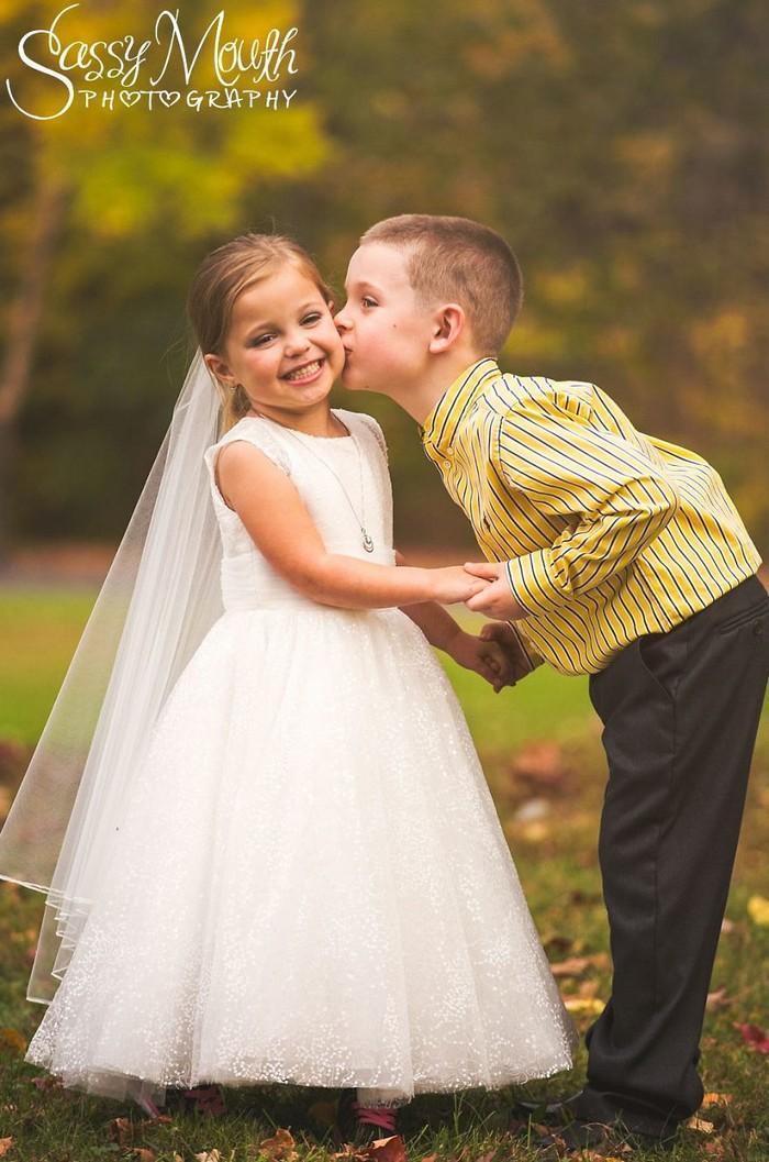 Para ajudar na cirurgia, criança de 5 anos se casa com seu melhor amigo 3