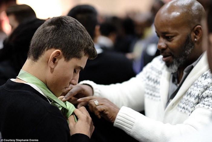600 homens aparecem em evento para apoiar meninos que não têm pai (8)