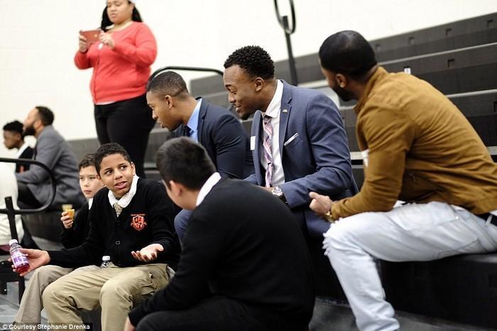 600 homens aparecem em evento para apoiar meninos que não têm pai (2)