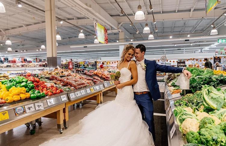 Celebrando o casamento no supermercado (4)
