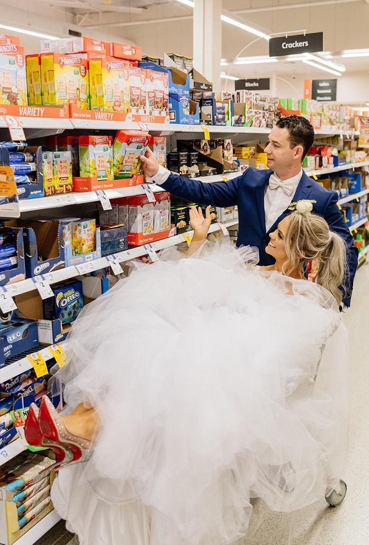Celebrando o casamento no supermercado (5)