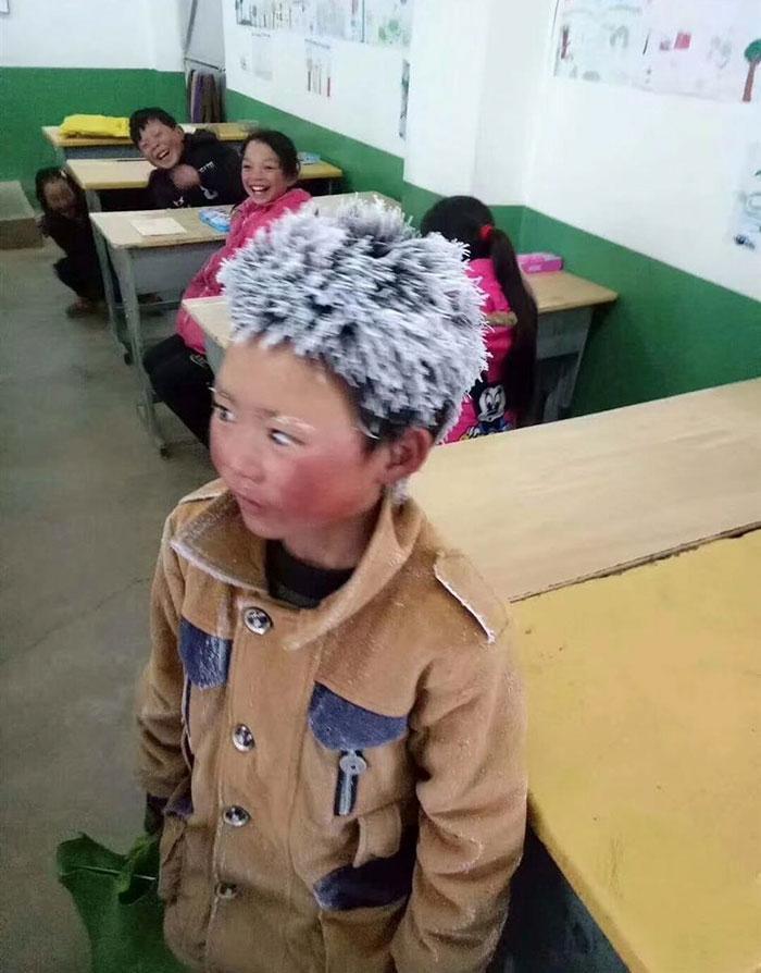 Garoto congela a caminho da escola (1)