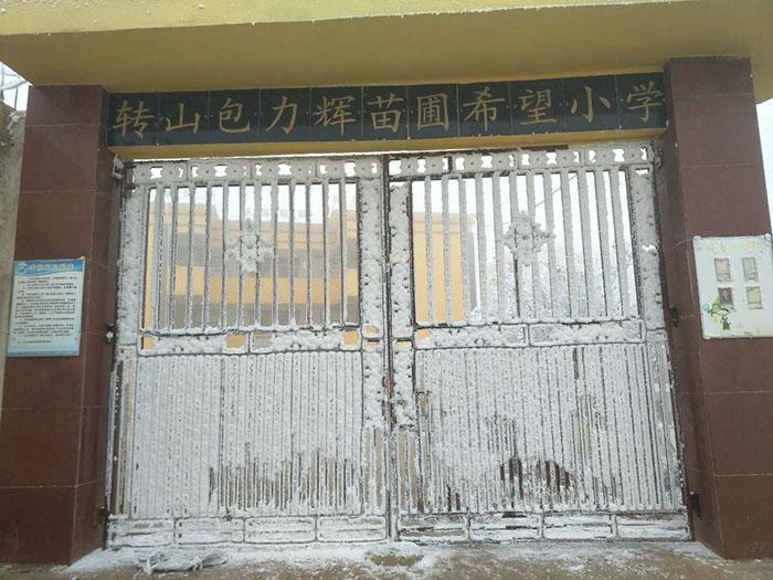 Garoto congela a caminho da escola (4)