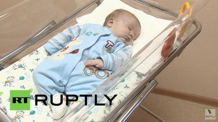 Gata salva a vida de bebê abandonado no frio (1)