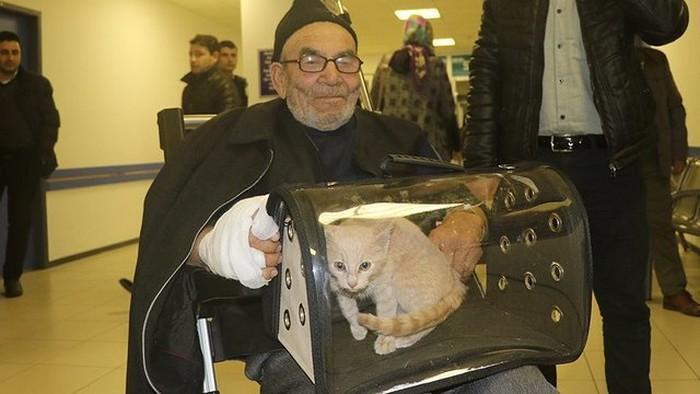senhor perde casa em incêndio e reencontra gatinho (3)