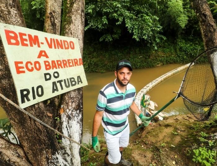 Morador cria barreira flutuante para despoluir rio Atuba no Paraná (2)