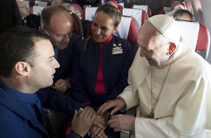 Papa Francisco celebra casamento durante voo (2)