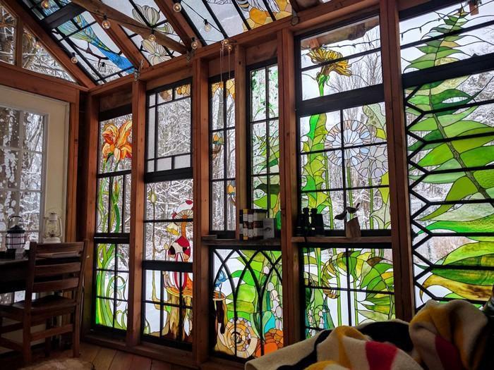 Cabana de vitral escondida na floresta (8)