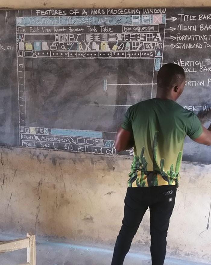 """Professor de Gana ensina os alunos a usarem o Word com desenhos na lousa          Um post no Facebook, veremos abaixo,  feito por um professor de Gana viralizou na internet e emocionou milhares de pessoas. A escassez de recursos não foi desculpa para que ele não ensinasse TCI (Tecnologia de Comunicação e Informação) aos seus alunos. Sem computador, ele ensina tudo na lousa!          Owura Kwadwo, de Kumasi, Gana, contou sua experiência de ensinar TCI na comunidade rural do país.  """"Todo professor tem um modo de apresentar o assunto aos alunos. Esse é o meu jeito""""  Owura estudou artes visuais e decidiu colocar suas habilidades em prática ao ensinar a criação de um documento do Word. O que é tão corriqueiro para nós, é uma novidade para os alunos. O desenho do professor é um print exato da tela. Os alunos copiam em seus cadernos e podem estudá-lo.        """"Faço isso para que meus alunos entendam o que estou ensinando. Para que eles tenham, ao menos, uma noção do que veriam se estivessem em um computador.""""  O método parece ser muito eficaz, pois os alunos adoram a aula e aprendem de verdade.        """"Faço questão que eles entendam bem antes de irem embora"""", completou Owura.  O post provocou discussões acaloradas no país. Enquanto muitas pessoas estão elogiando a atitude e dedicação do professor e seu improviso impressionante, outros questionam por que ele se preocupa em fazer isso. O que essas pessoas discutem é como, em pleno 2018, escolas ainda não têm computadores. O professor, entretanto, acredita que as coisas estão mudando aos poucos.      """"O governo ajuda e eu acredito nele. Ele está tentando fazer o TCI melhor para professores e alunos.""""  Enquanto nas grandes cidades como Accra e Kumasi isso já acontece, o progresso está chegando nas áreas rurais em passos mais lentos.  """"Precisamos de infraestruturas bem equipadas e recursos para ensinar e aprender. O governo tem a educação no coração"""", completa o professor.  Desde que sua publicação viralizou, Owura recebeu ofert"""