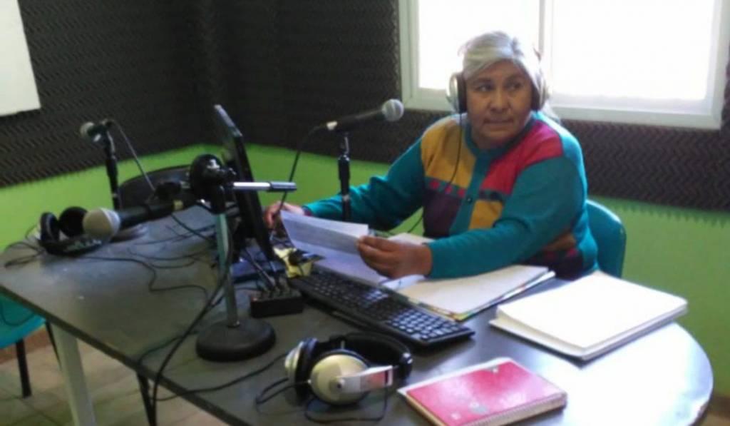 professora-da-aula-atraves-de-radio-comunitaria