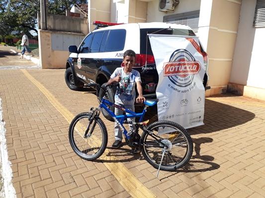 garoto-ganha bicicleta-de-policiais
