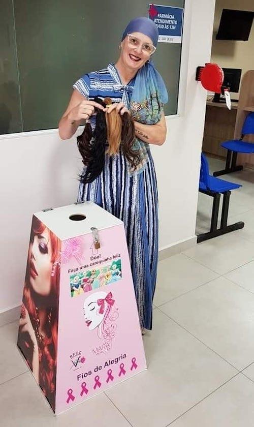diretora-recebe-pdoacao-de-cabelos-de-alunas