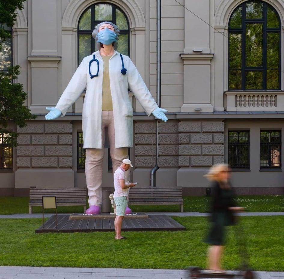 estatua-de-medica-homenagem