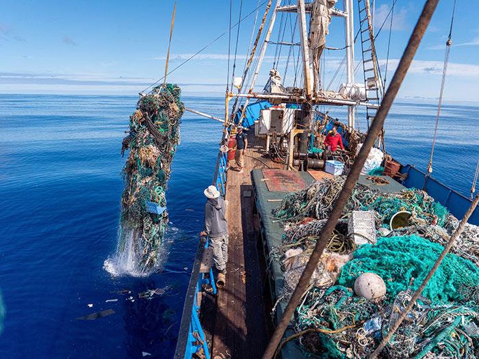 tripulação-coleta-toneladas-de-lixo