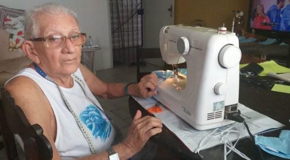 Idoso de 89 anos cria máscaras para ação social para ajudar comunidades carentes