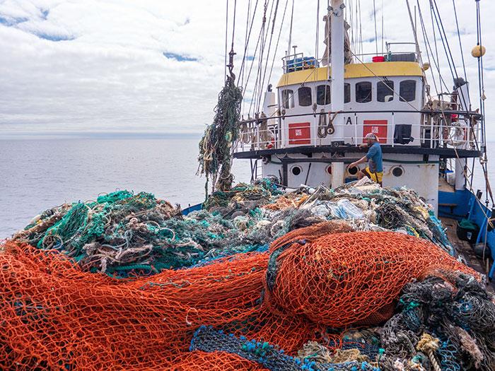 tripulação-recolhe-toneladas-de-lixo