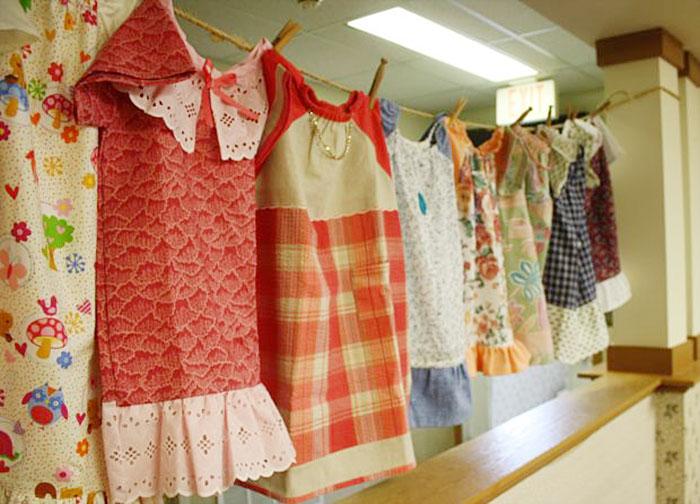 idosa-costura-vestidos-para-crianças-carentes