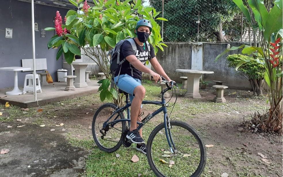 professor-entrega-materiais-de-bicicleta