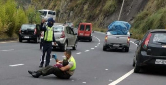 policia-acalca-criança-em-acidente