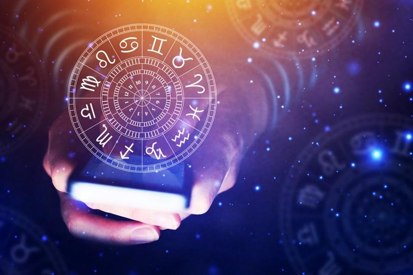"""Do dia 3 ao dia 11 de agosto, a Lua estará cheia e presente no signo de Aquário. Formando um aspecto com Urano, movimenta energias poderosas e fundamentais no processo de expansão da consciência. É o momento ideal para encerrar ciclos e absorver conhecimento. Alguns acontecimentos podem trazer um sentimento de """"o que está acontecendo?"""", mas não se assuste! O universo está se encarregando de colocar tudo no seu devido lugar e esses """"sustos"""" servirão para despertar os indivíduos e colocá-los no caminho da evolução espiritual. Com isso, a Lua Cheia demonstra o seu poder em interferir na energia que circula na Terra. Encare isto como um reencontro com você mesmo. A Lua vai trazer para superfície sua essência, deixando claro o seu verdadeiro eu, sua forma de amar e de se expressar. Use todo esse poder em seu benefício. Aproveite para se dedicar aos seus projetos pessoais e profissionais, pois com certeza vai ser uma fase de crescimento. Agora que você compreendeu a força que simboliza essa fase da Lua, saiba como essa energia influencia em cada signo: Áries Se você é ariano, pode aproveitar esse período para finalizar projetos que estão em andamento. Você alcançará êxito e reconhecimento pelo esforço. Sua imagem pública também estará em destaque. Curta esse momento para cuidar da sua saúde física e mental. Você sentirá uma força extraordinária, que te fará transpor obstáculos com facilidade. Então, mesmo que a rotina esteja puxada, não desanime! Existem grandes chances de tudo voltar ao perfeito equilíbrio. Touro Você vai perceber que as suas emoções estão a flor da pele, taurino! Cuidado para que isso não te faça perder o controle! Permaneça de coração aberto e receba a força vinda da Lua Cheia. Seu relacionamento pode dar um passo adiante nesse período. Você se sentirá mais íntimo do seu parceiro e deve ter cuidado com crises de ciúmes desnecessárias. Algumas incertezas podem surgir, mas você deve estar no controle da situação. Gêmeos A Lua facilita sua comunicação, ge"""