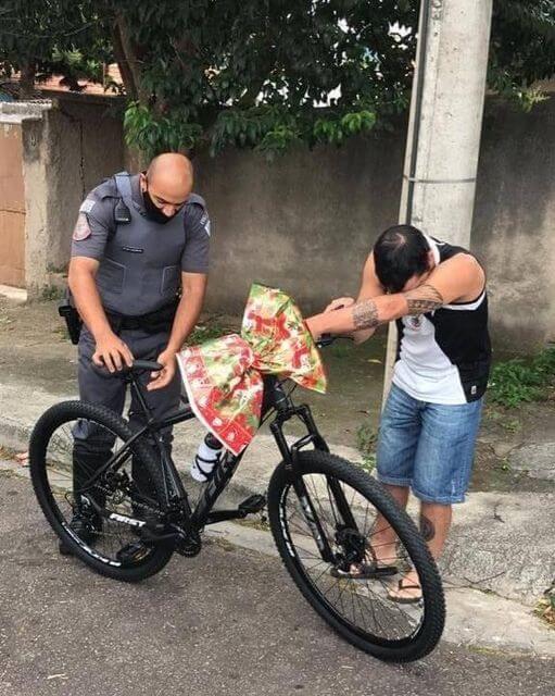 Policiais se reúnem e fazem surpresa de Natal IMPACTANTE para rapaz que trabalha como entregador