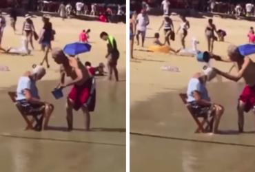 VÍDEO: Idoso dá banho em esposa com água do mar e nos arranca lágrimas de amor!
