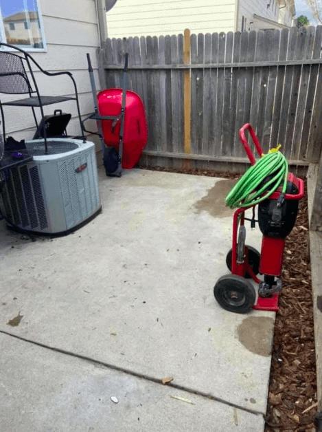 Em trabalho árduo, homem transforma quintal de namorada e reação do cachorro descansar
